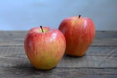 Свежее большое красное яблоко Стоковые Изображения