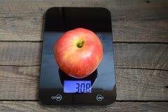 Свежее большое красное яблоко Стоковые Изображения RF