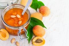 Свежее варенье абрикоса в опарнике и свежие фрукты с листьями Взгляд сверху Стоковые Изображения RF