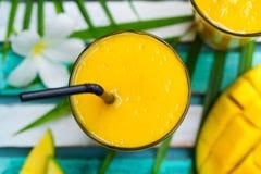 Свежее взгляд сверху сока манго smoothie тропического плодоовощ Стоковая Фотография