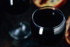 Свежее вино гранатового дерева в стекле на черной деревенской поверхности Стоковое Фото