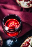 Свежее вино гранатового дерева в стекле на черной деревенской поверхности Стоковое Изображение