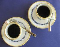 Свежее заваренное итальянское эспрессо в декоративных чашках и поддонниках Стоковые Фото
