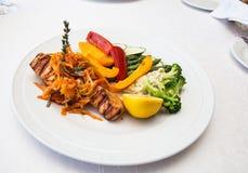 Свежее зажаренное salmon филе с овощами Стоковое Изображение RF