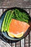 Свежее здоровое Salmon филе с спаржей и травами Стоковая Фотография RF