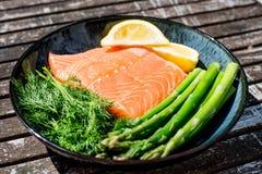 Свежее здоровое Salmon филе с спаржей и травами Стоковое Фото