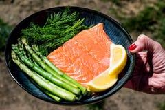 Свежее здоровое Salmon филе с спаржей и травами Стоковая Фотография