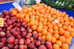 Свежее изображение апельсина и яблока в гастрономе Стоковое фото RF