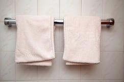 2 свежее и чистые полотенца вися в bathroom стоковое изображение rf