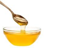 Свежее капание меда от ложки На белой предпосылке Стоковые Фото