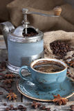 Свежее кофейное зерно в точильщике кофейного зерна на деревянной предпосылке Стоковое Фото