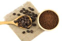 Свежее кофейное зерно жаркого с порошком фасолей Плоское положение Стоковые Фотографии RF