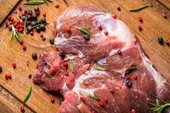 Свежее красное мясо оленины с розмариновым маслом и перцем стоковые фото