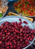 Свежее красное надувательство плода Roselle на местном магазине овоща на рынке Ким Yong, Hat Yai - Songkhla - Таиланде стоковые изображения rf