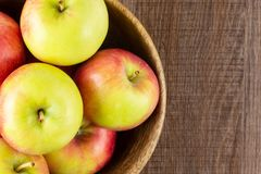 Свежее красное яблоко james горюет на коричневой древесине Стоковое фото RF