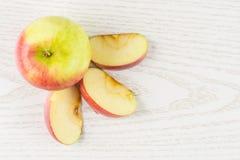 Свежее красное яблоко james горюет на серой древесине Стоковое Изображение RF