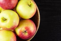 Свежее красное яблоко james горюет на черной древесине Стоковое фото RF