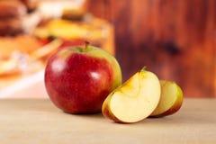 Свежее красное яблоко james горюет с деревенской кухней Стоковое Фото