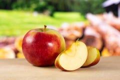 Свежее красное яблоко james горюет с природой страны Стоковые Фото