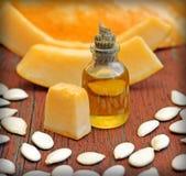 Свежее масло семени тыквы на деревянной предпосылке Стоковое Фото