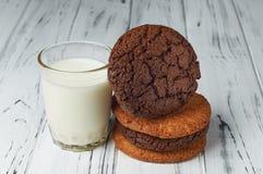 Свежее молоко фермы и вкусные печенья от печи Стоковые Изображения RF