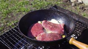 Свежее мясо стейка подготавливая на лотке внешнем акции видеоматериалы