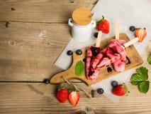 Свежее домодельное мороженое клубники на деревянной предпосылке Стоковая Фотография