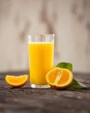 Свежее оранжевое питье на деревянном столе Orangeade плодоовощ Drin лета стоковые фото