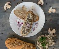Свежее печенье с распространением champignon на серой предпосылке с всеми покрашенными перцем и частями грибов стоковое фото rf