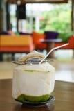 Свежее питье воды кокоса на таблице Стоковое Изображение