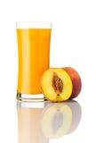 Свежее питье сока персика изолированное на белой предпосылке Стоковая Фотография RF