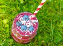 Свежее питье smoothie с различными ягодами как здоровый завтрак Стоковые Фотографии RF