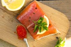 Свежее посоленное salmon филе с красной икрой, травами, специей на wo Стоковые Фотографии RF