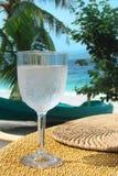 Свежее стекло воды, тропического пляжа Стоковая Фотография