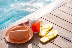 Свежее стекло питья с солнечными очками, соломы smoothie арбуза Стоковые Фотографии RF
