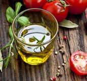 Свежее стекло оливкового масла с травами Стоковое Изображение