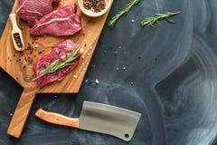 Свежее сырое мясо на прерывая доске с ножом Взгляд сверху Стоковая Фотография RF