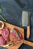 Свежее сырое мясо на прерывая доске с ножом Взгляд сверху Стоковое Изображение RF
