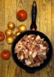 Свежее сырцовое мясо в сковороде Стоковые Изображения RF