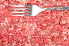 Свежее сырцовое семенить мясо с вилкой стоковые изображения rf
