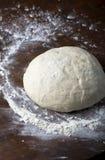 Свежее сырцовое тесто для выпечки пиццы или хлеба на деревянном столе стоковое фото