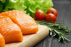 Свежее сырцовое salmon филе на разделочной доске Стоковые Фотографии RF