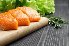 Свежее сырцовое salmon филе на разделочной доске Стоковое Фото