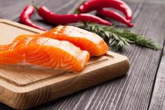 Свежее сырцовое salmon филе на разделочной доске Стоковая Фотография RF