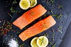 Свежее сырцовое salmon филе с ароматичными травами, специями Стоковое фото RF