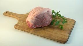 Свежее филе свинины, на прерывая доске с черенок петрушки Изображение на белом конце-вверх предпосылки стоковое изображение