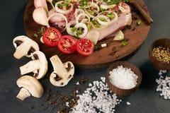 Свежее филе цыпленка готовое для кашевара, грибов, овощей Стоковые Фото