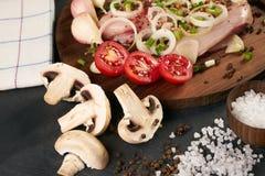 Свежее филе цыпленка готовое для кашевара, грибов, овощей Стоковое Изображение
