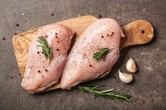 Свежее филе цыпленка с специями на разделочной доске Стоковая Фотография