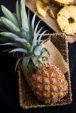 Свежее ftuit ананаса на таблице Стоковые Изображения